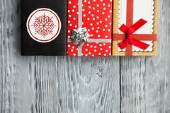 在五颜六色的箱子的三件礼物在木背景中 图库摄影