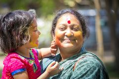 在五颜六色的粉末盖的人们在达卡,孟加拉国洗染庆祝Dol Utsav节日 库存图片