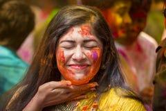 在五颜六色的粉末盖的人们在Dhakah洗染庆祝Holi印度节日在孟加拉国 库存图片