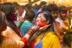 在五颜六色的粉末盖的人们在Dhakah洗染庆祝Holi印度节日在孟加拉国 免版税库存图片