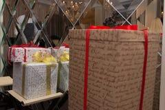 在五颜六色的纸包裹的三个礼物盒,丝带 图库摄影