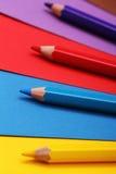 在五颜六色的纸张的铅笔 免版税图库摄影