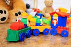 在五颜六色的背景的塑料玩具火车 库存图片