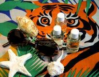 在五颜六色的背景的夏天芳香油 免版税库存图片