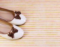 在五颜六色的背景的夫人平的芭蕾舞鞋 免版税库存照片