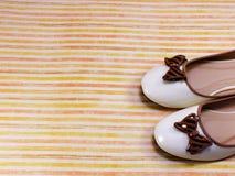在五颜六色的背景的女性平的芭蕾舞鞋 免版税图库摄影
