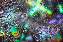 在五颜六色的背景的抽象水下落 免版税库存照片