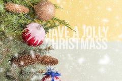 在五颜六色的背景的新年平的位置隔绝了文本概念、松木和装饰玩具f 免版税库存照片