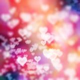 在五颜六色的背景的白色心脏 库存图片
