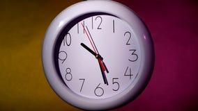 在五颜六色的背景的白色时钟 股票视频