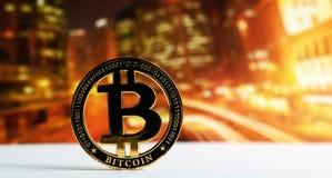 在五颜六色的背景的金黄bitcoin 库存照片