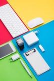 在五颜六色的背景的组织完善的白色办公室对象 库存照片