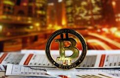 在五颜六色的背景的Bitcoin 库存图片