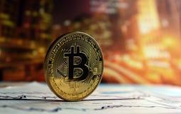 在五颜六色的背景的Bitcoin 图库摄影