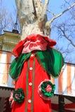 在五颜六色的衣裳穿戴的树 免版税库存图片