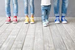 在五颜六色的运动鞋的人民的脚 免版税库存图片