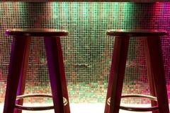 在五颜六色的逆酒吧的椅子 免版税库存图片