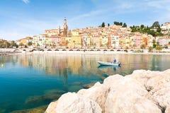 在五颜六色的镇芒通的看法法国海滨的,棚d ` azur,南法国 库存图片