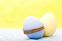 在五颜六色的餐巾的两个鸡蛋 库存图片