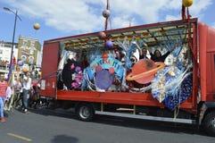 在五颜六色的马盖特同性恋自豪日游行的一个装饰的浮游物 免版税库存照片