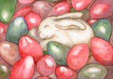 在五颜六色的鸡蛋的复活节兔子睡眠 库存图片