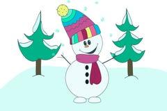 在五颜六色的围巾和帽子的快活的好乐趣雪人在云杉背景在雪的 免版税库存照片