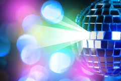 在五颜六色的bokeh背景的蓝色发光的迪斯科球 免版税库存图片