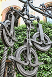 在井上的铁轮子 免版税库存图片