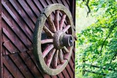 在井的老马车车轮 免版税库存图片