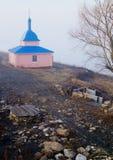 在井附近的正统教堂 库存图片