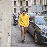 在亚伯大Ferretti时装表演大厦之外的人们米兰的 库存照片
