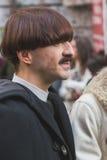 在亚伯大Ferretti时装表演大厦之外的人们米兰的 库存图片
