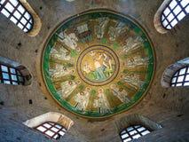 在亚利安语系的洗礼池的天花板马赛克在拉韦纳 图库摄影