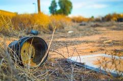 在亚利桑那沙漠的垃圾 免版税库存图片