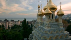 在亚历山大・涅夫斯基东正教的鸟瞰图有金黄圆顶的在雅尔塔 射击 克里米亚 乌克兰 乌克兰,雅尔塔, 影视素材
