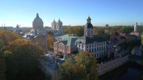 在亚历山大・涅夫斯基修道院的10月早晨 圣彼德堡,俄罗斯空中录影 股票录像