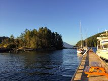 在亚历山大一世岛的一个平安的晚上靠码头的小船,在西湾,甘比尔群岛,豪湾,不列颠哥伦比亚省,加拿大 图库摄影