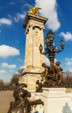 在亚历山大三世桥梁的古铜色灯 库存图片