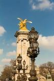 在亚历山大三世桥梁的古铜色灯 免版税图库摄影