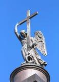 在亚历山大专栏-圣彼得堡顶部的天使雕象 免版税库存照片