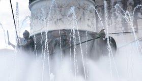 在亚历山大大帝雕象下喷泉的马其顿战士  免版税库存图片