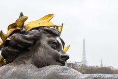 在亚历山大桥梁的装饰雕塑在巴黎在一多雨秋天天 库存图片