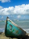 在亚历山大海湾埃及的被风化的被绘的小船 库存图片