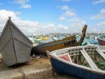 在亚历山大海湾埃及的被风化的被绘的小船 库存照片