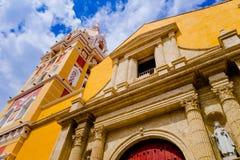 在亚历山大的圣徒凯瑟琳大教堂下看法在西班牙殖民地市卡塔赫钠,哥伦比亚 免版税图库摄影
