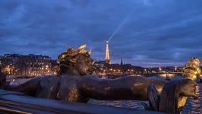 在亚历山大III桥梁的一个雕象在巴黎和在日落的埃佛尔铁塔 免版税图库摄影