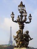 在亚历山大III桥梁的街道灯笼反对埃菲尔 免版税图库摄影