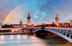 在亚历山大III桥梁,巴黎,法国的彩虹 免版税图库摄影