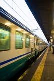 在亚历山德里亚,意大利训练穿过一个火车站 免版税图库摄影