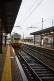 在亚历山德里亚,意大利训练穿过一个火车站 免版税库存图片
